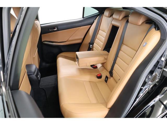 後部座席は頭上や膝まわり、足元に余裕を感じられる心地よい空間です。可動式のセンターアームレストを出せば適度なパーソナルスペースが確保できます。