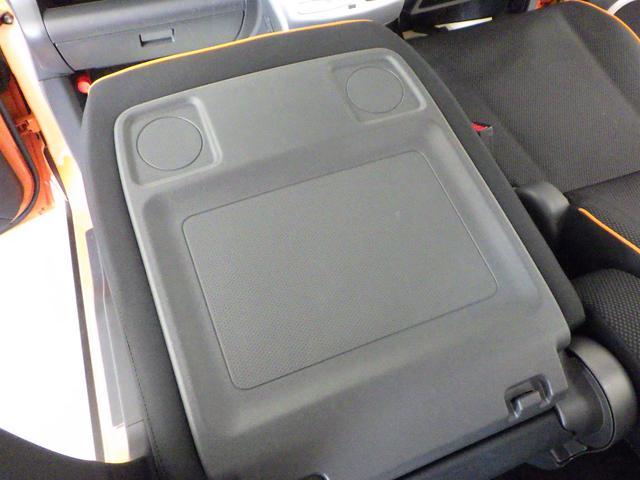 助手席を前方に倒すと 停車時に簡易テーブルとしてご使用いただけます。