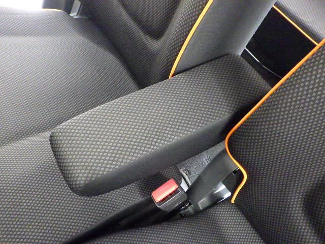 運転席・助手席間にアームレストがあります。
