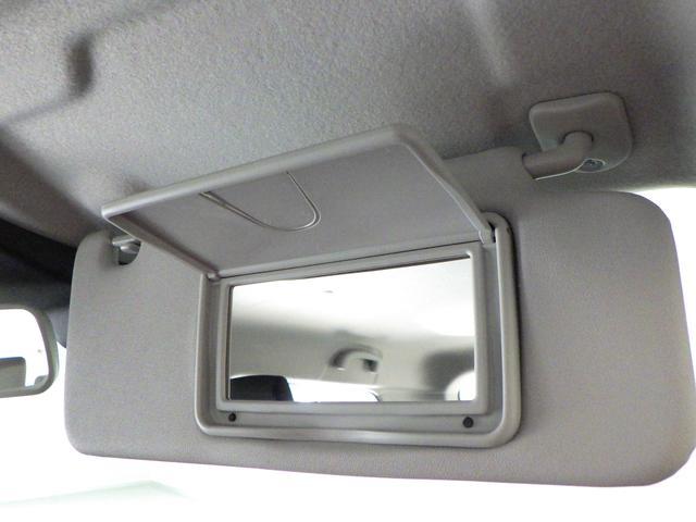 車内で手軽に身だしなみチェックが可能な バニティーミラーを装備しています。