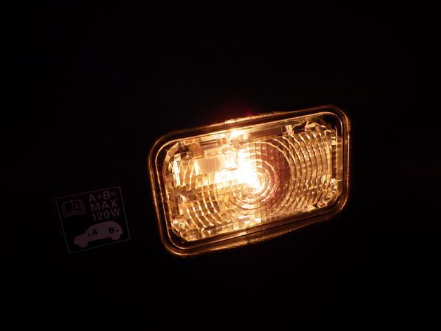 薄暗い場所でも荷物の確認がしやすい ラゲッジ照明付。