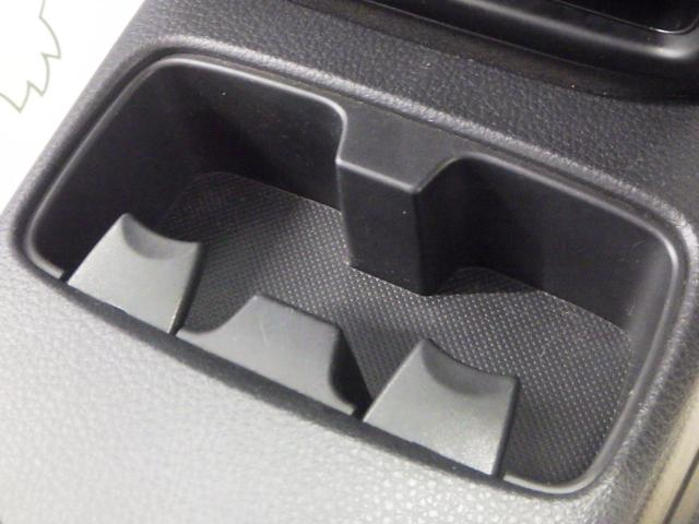 運転席・助手席間に 使い勝手のいいドリンクホルダーがあります。