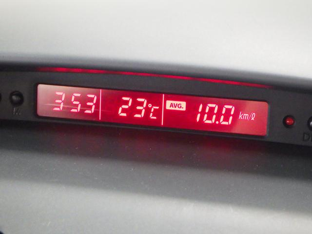 インパネ中央のディスプレイには、外気温や時間表示ができます。