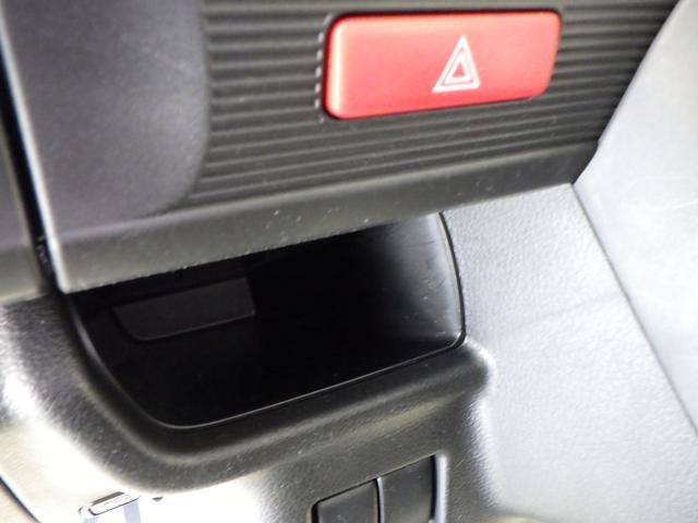 運転席・助手席間にも小物収納があります。