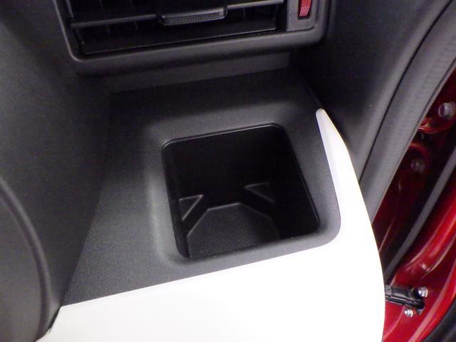 紙パックの飲み物を立てられる 固定式ドリンクホルダーがあります。