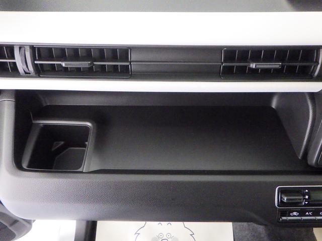 助手席前のオープントレーには、BOXティッシュを置くことができます。運転席からでも手が届き、使い勝手◎