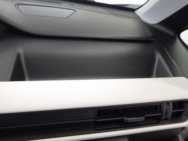 運転席前に大容量の収納があります。