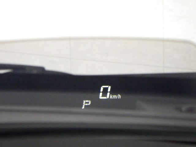 大きな目線移動なく、車速やシフト位置の確認ができる ヘッドアップディスプレイを装備しています。