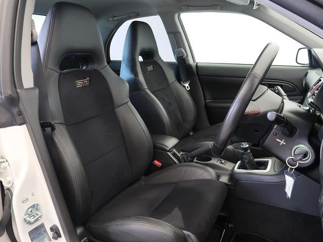 専用ブラックアルカンターラ革コンビバケットシート装備しております!