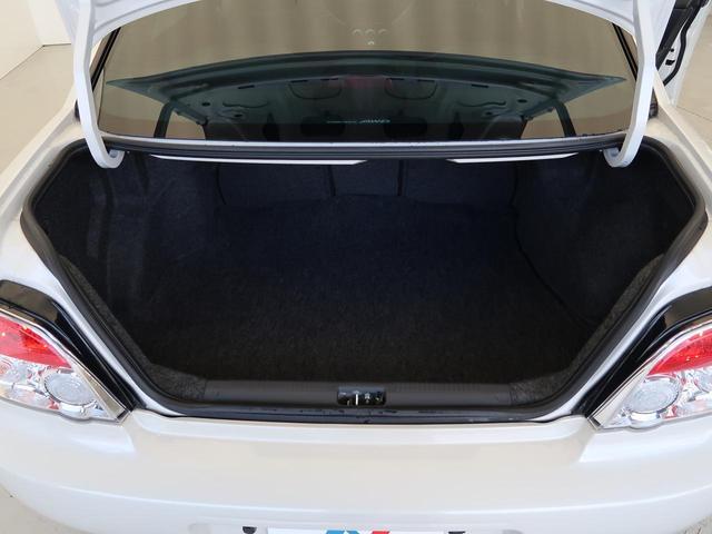 トランクルームは奥行きもあり、充分な収納スペースを確保できます。後部座席の中央部はトランクスルーとなり長い荷物も安心です。