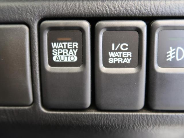エンジンルームにある水タンクをインタークーラーに吹きかけるスプレーボタンがございます左はオートモード、右は任意のタイミングで使って頂けます。温度の低い密度の高い空気を送り込み、爆発力を高めます。