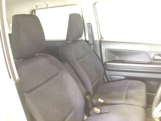 からだを包み込むような形状で、ホールド感のあるフロントシート。しっかりと支えてくれるので、長時間の運転を快適にサポートしてくれます。もちろん足元もゆったりとしていますのでおくつろぎいただけます。