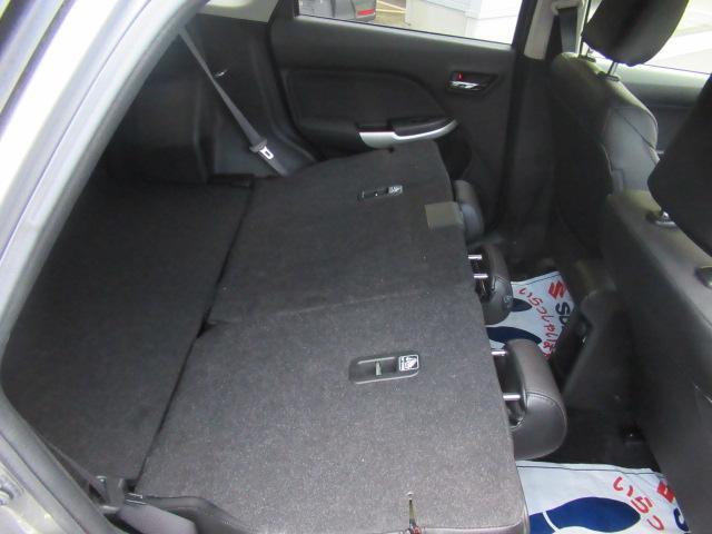 後ろのシートを倒せば、フラットになり荷室が広がります。