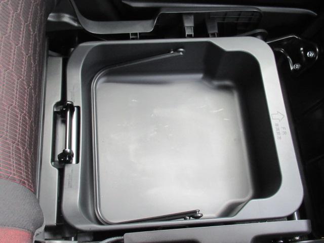 助手席下にも収納トレーがございます!取り外して持ち運びも可能です。