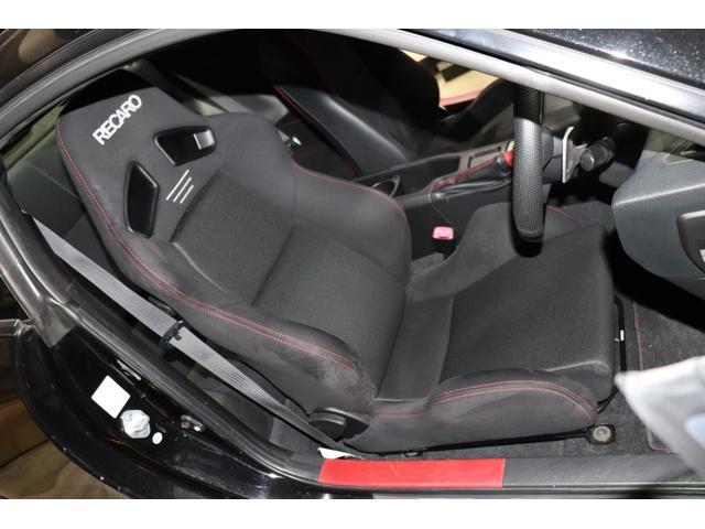 RECARO製セミバケットシートで程よく体をホールドしてくれますし、疲れにくいので快適に乗って頂けると思います♪