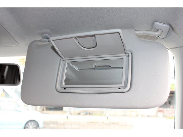 運転席上部のバイザー部には鏡が装備されています。