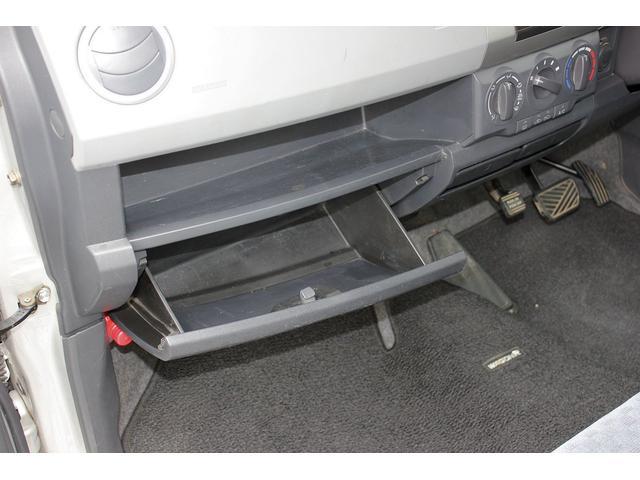 ダッシュボードの助手席側には収納スペースがございます。