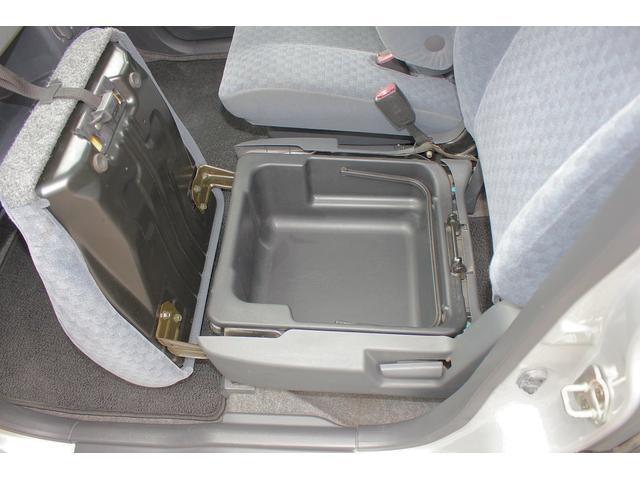 助手席のシート下部には大型の収納スペースがございます!