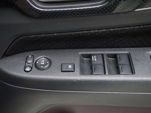 電動格納ミラーで、サイドのミラーの開け閉め楽々♪角度調整もバッチリです♪