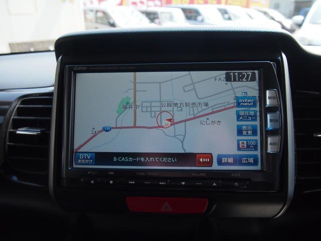 こちらのお車にはナビがついています。TVやDVDも視聴可能です。CD等が使えます。