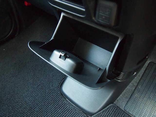 運転席と助手席の間にも収納ボックスがあります。