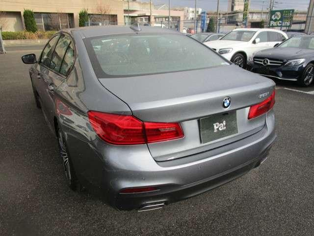 BMW 5シリーズ セダンは、停止している時でさえも強烈な印象を放ちます