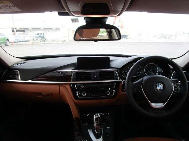 使い勝手の良い合理的なレイアウトで、ドライバー優先なBMWの伝統がしっかりと継承されています。