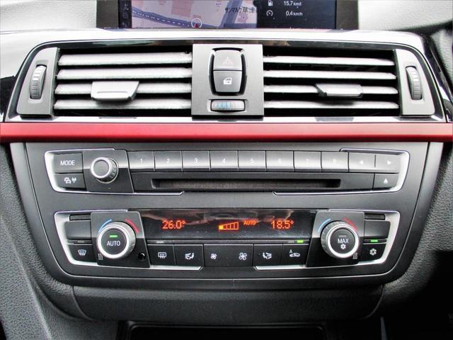 左右独立調整式オートエアコンを装備、エアコンダクト中央部には個別で吹き出し温度を調節できる温度調整スイッチが設けられています
