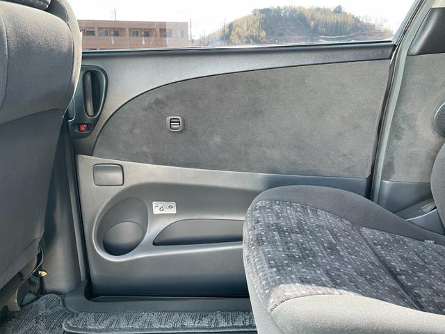 運転席側スライドドア内張です。