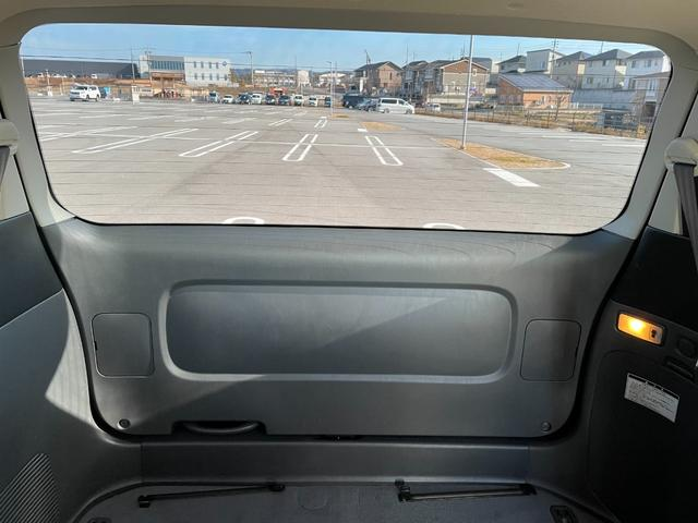リアガラスはスモークガラスですが車内からは視認性も問題ございません。