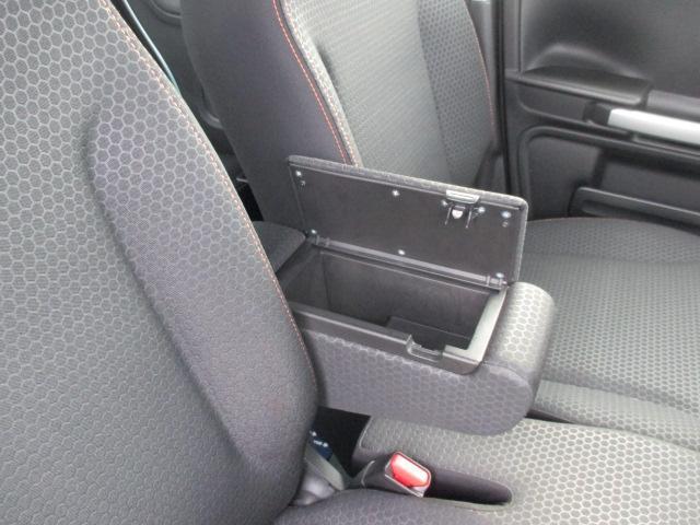 運転席アームレストには収納スペースがあります