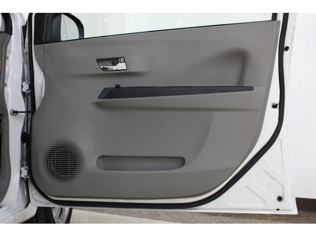 汚れていたら意外と目立つドアの内側。出来る限りのクリーニングをおこなっています!まずは運転席!