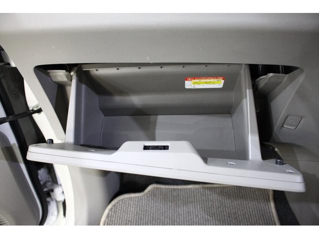 助手席の目の前にもこんな収納が用意されています!何を入れますか?香水?充電器?楽しみですね♪