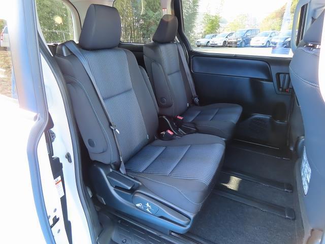 後部座席はシートや足元にも十分なゆとりがございますのでゆったりと座ることができます☆