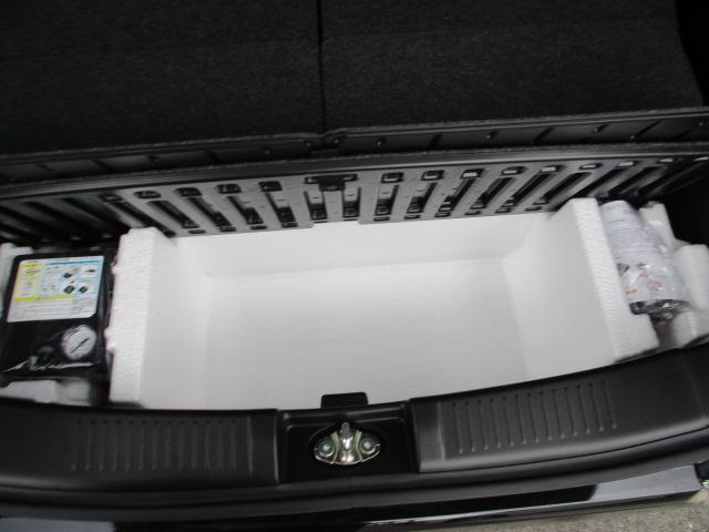 荷室下はパンク修理キットと収納スペースがあります。