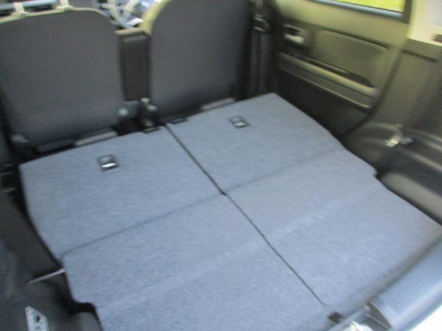 リヤシート倒すと広い荷室が確保できます。