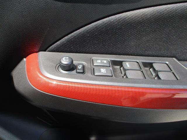 電動格納リモコンドアミラーは運転席パワーウインドスイッチの前にあります。