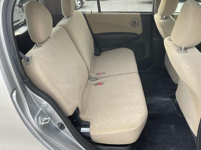 大人でも余裕で座れる十分な室内幅を確保。膝まわりのスペースが広く脚げ組めるほどの広さ♪