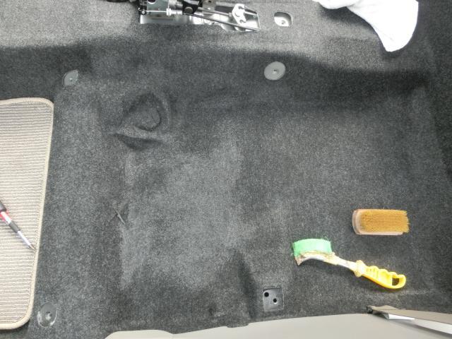 シートを取り外し、カーペットもクリーニングを行い、除菌消臭液を吹き付けます(^^)♪