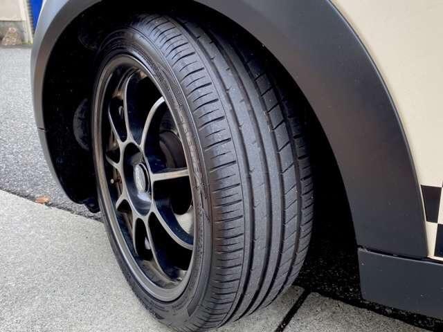 クーパー 6速 REMUSマフラー OZ17インチアルミ BILSTEINサスペンション ローダウン クーパーS用メッシュタイプグリル装着 ユニオンジャックチェッカー・ブラックサイドデカール(8枚目)