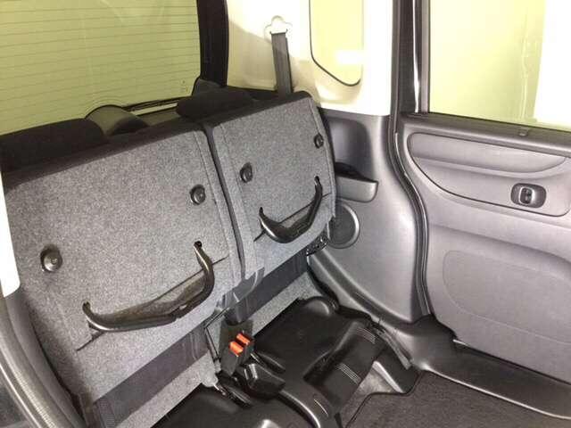 2列目シート座面を両方跳ね上げた状態です。背の高い荷物も気軽に積み込む事ができますよ。工夫次第でいろいろ便利に使えます。