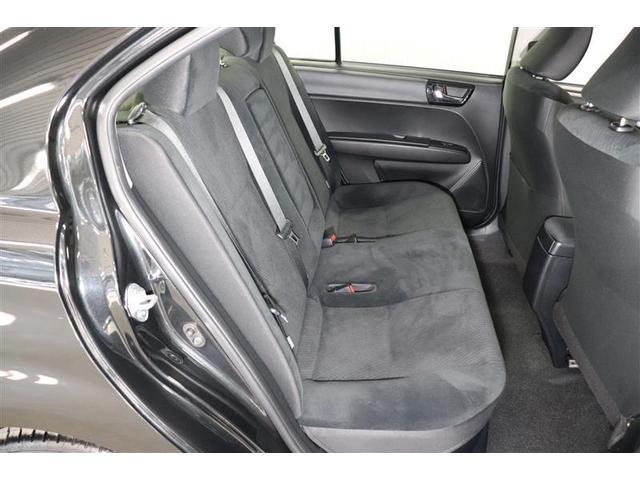 後席シートの中央部の床もほぼフラットなので、3人座っても足の置き場に困りません。