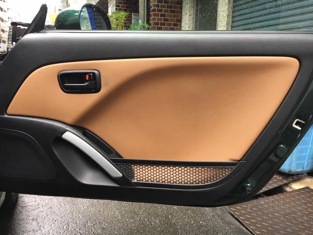 ドアの内張りです。シートと同じ素材で統一されています。小さめのメッシュの小物入れが付いてます。