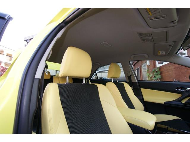 シートは黄色の部分はレザー、黒い部分はファブリックのコンビネーションシートです!
