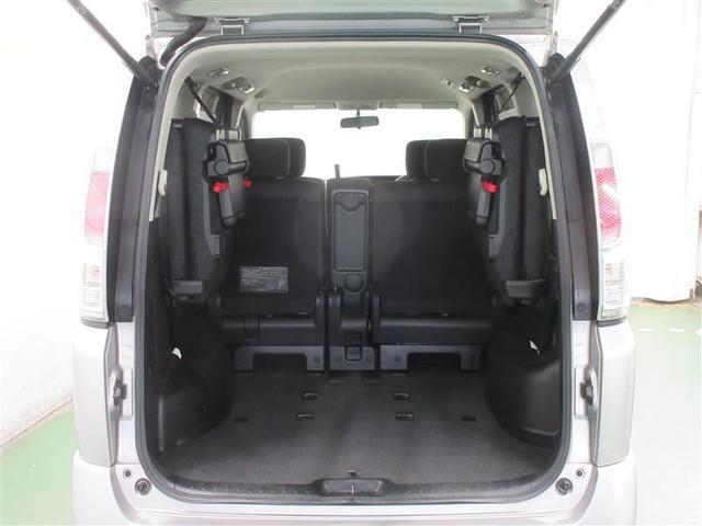 サードシートは、両側に跳ね上げる事ができるので、一瞬で広い荷室に変身できます。