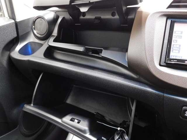 助手席には2つの荷物入れがついており、用途によって使い分けができ、便利にお使いいただけます。