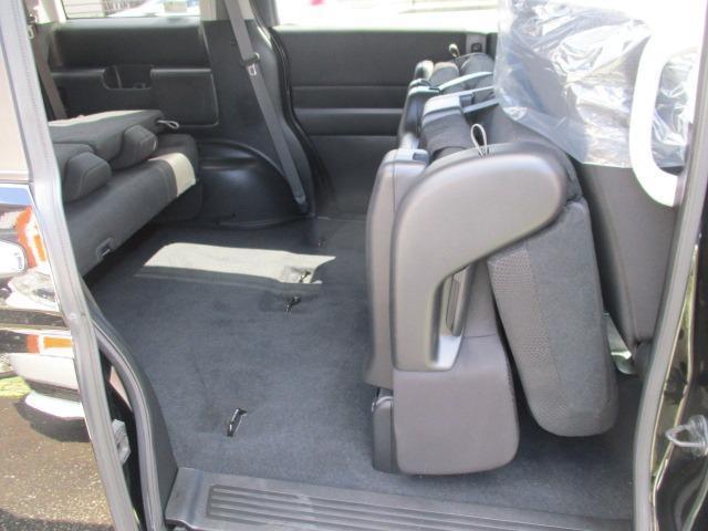 サードシートの下にも収納スペースが有ります