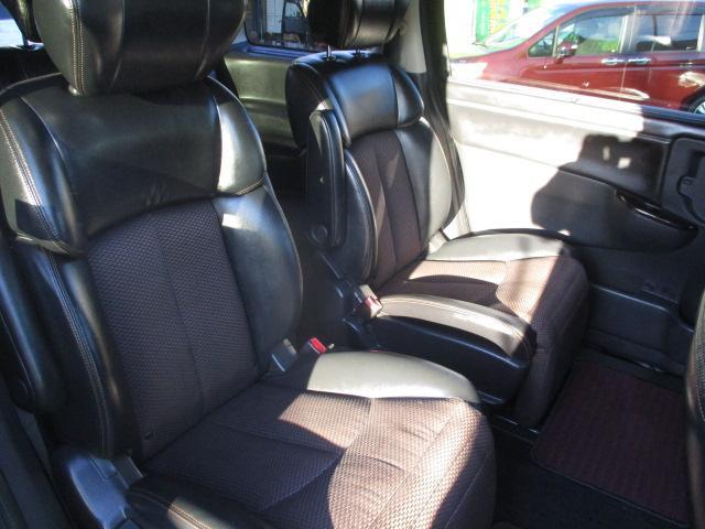 キャプテンシート!2列目シートが分かれているので快適な乗り心地です!またウォークスルーになっており、車内の移動が楽々です♪