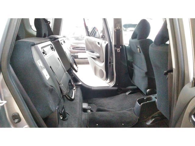 リヤシートはフロア収納が可能となり、また、左右独立のリクライニング機構付き!