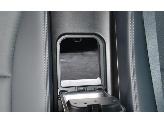 ★アームレストの奥のハッチを開けると、トランクルームとつながります。長いものを入れるときは便利です★